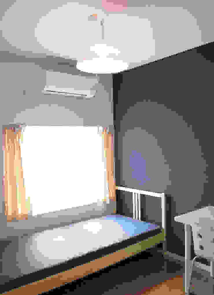 早稲田のシェアハウス 北欧スタイルの 寝室 の 奥村召司+空間設計社 北欧