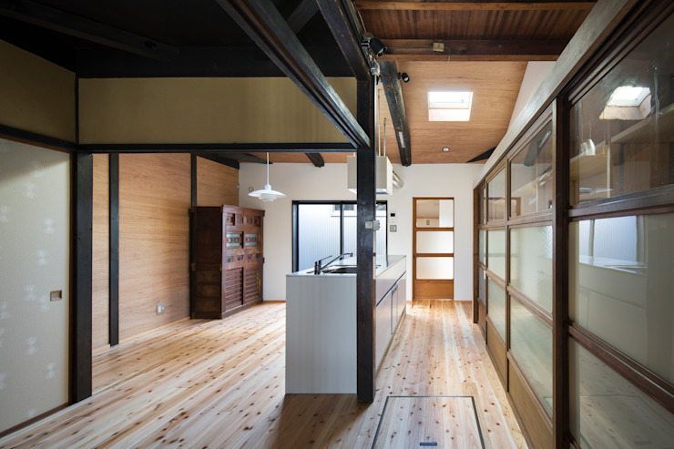 Sala da pranzo moderna di 長崎工作室 Moderno