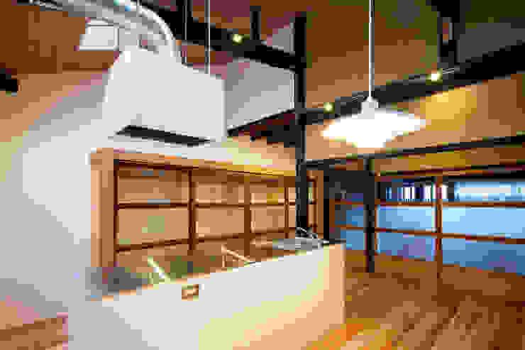 Cocinas de estilo moderno de 長崎工作室 Moderno
