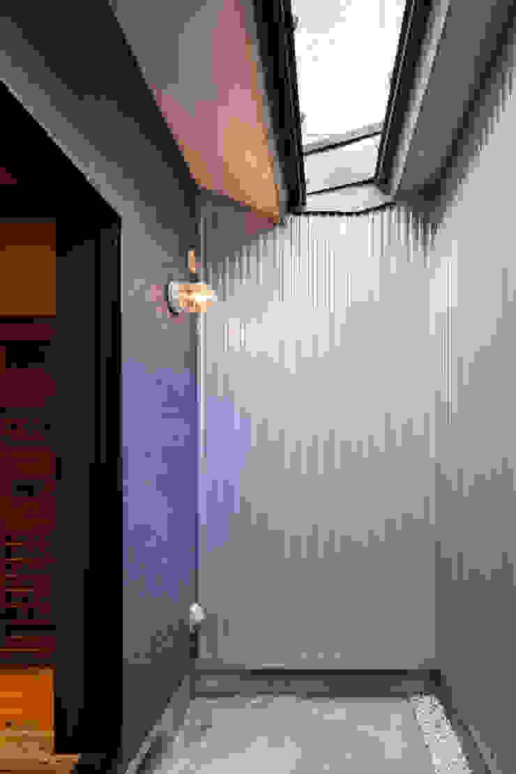 Giardino moderno di 長崎工作室 Moderno