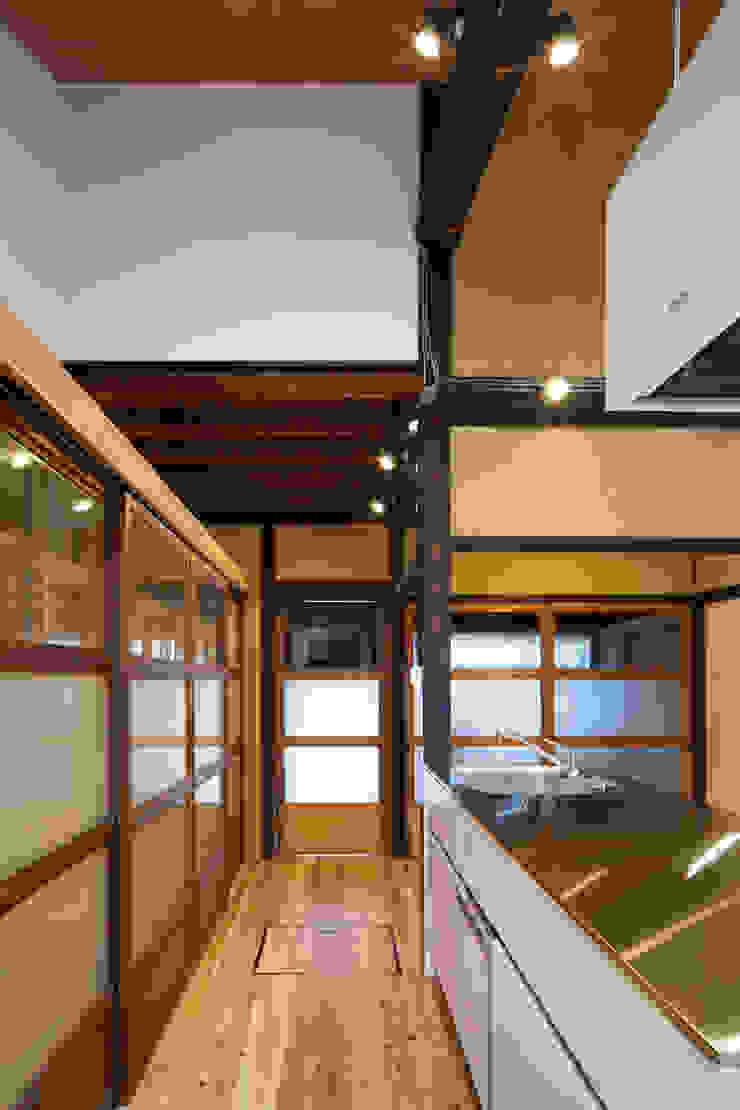 Modern Corridor, Hallway and Staircase by 長崎工作室 Modern