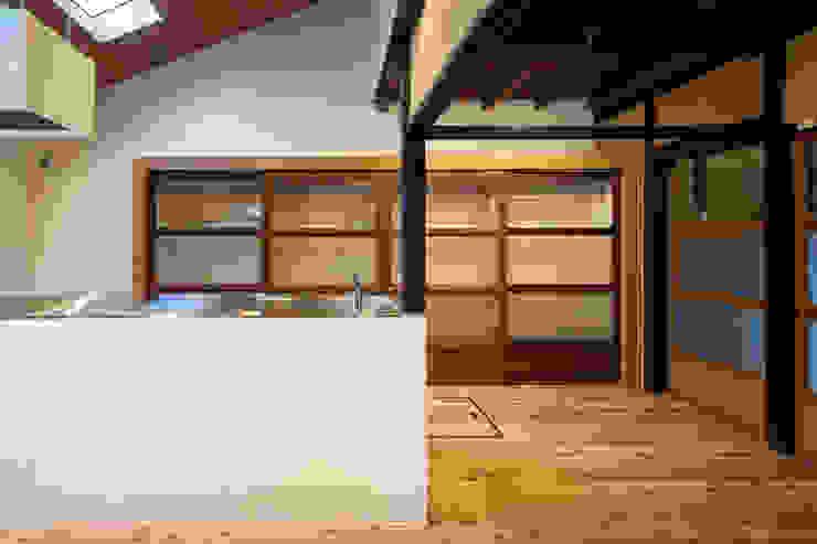 Cucina moderna di 長崎工作室 Moderno