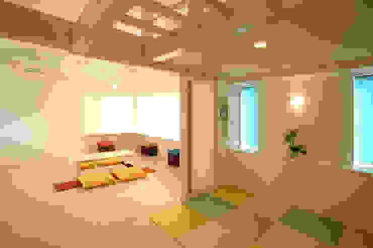 リビングルーム (ベッドコーナ ロフト付): 吉田設計+アトリエアジュールが手掛けたリビングです。,モダン