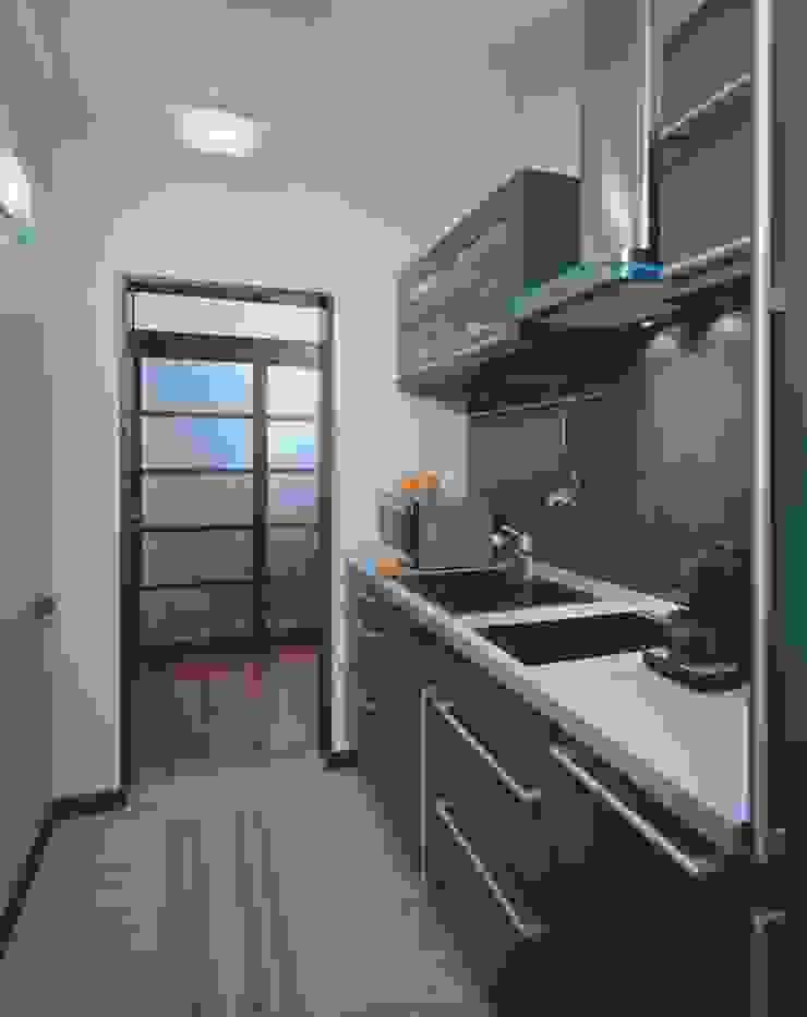 Интерьеры двухуровневой квартиры на ул. Куусинена Кухня в стиле минимализм от дизайн студия 'LusiSarkis ' Минимализм