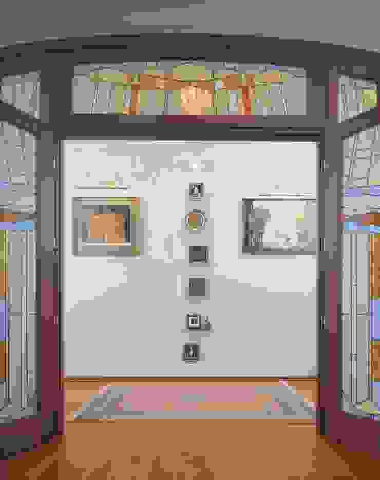Интерьеры двухуровневой квартиры на ул. Куусинена Коридор, прихожая и лестница в эклектичном стиле от дизайн студия 'LusiSarkis ' Эклектичный