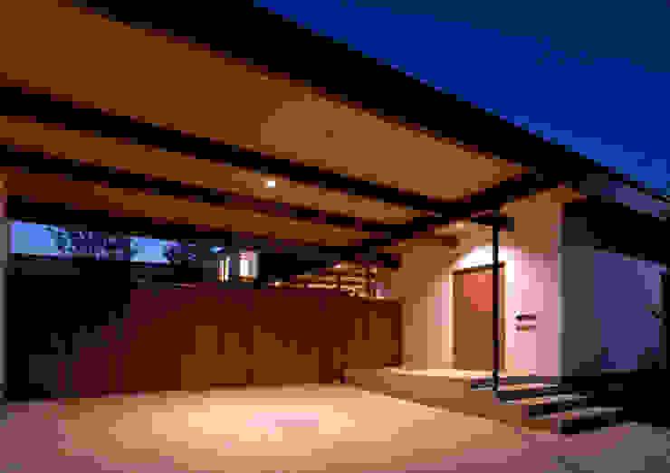 諏訪の住宅 モダンデザインの ガレージ・物置 の 井上洋介建築研究所 モダン