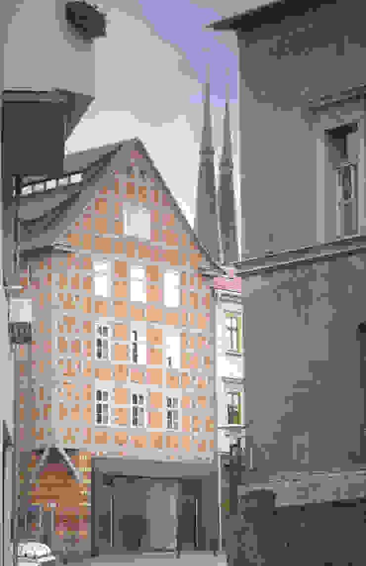 Blick aus Gasse Moderne Häuser von cappellerarchitekten Modern