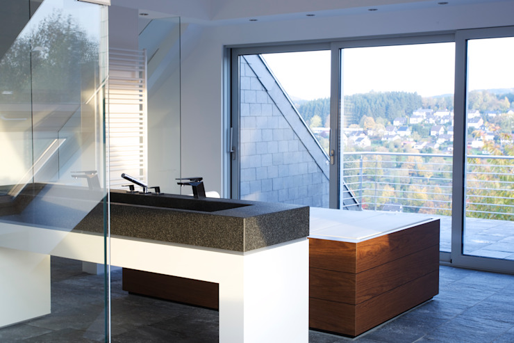 Minimalistyczna łazienka od gmyrekarchitekten Minimalistyczny