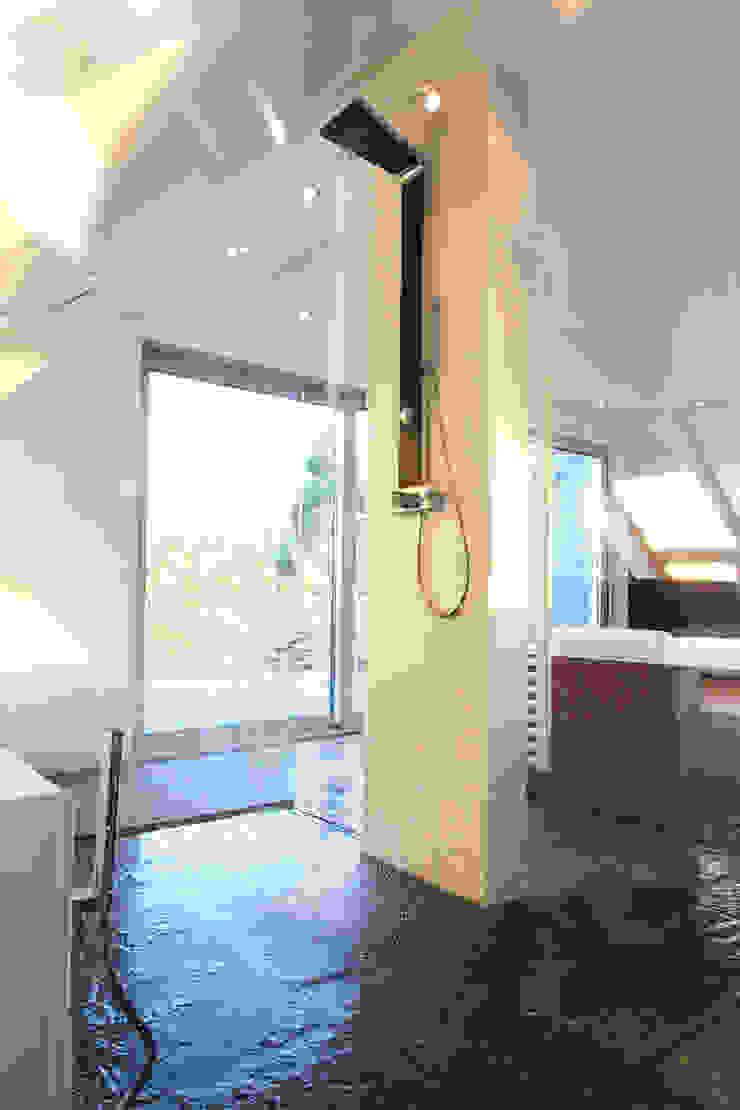 Salle de bain minimaliste par gmyrekarchitekten Minimaliste