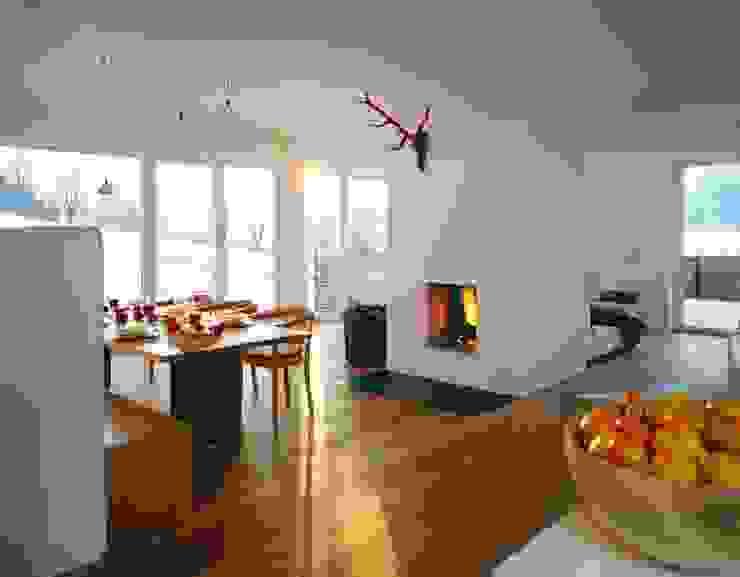 Blick in den Wohnraum zum offenen Kamin Innenarchitektur + Design, Eva Maria von Levetzow Klassische Wohnzimmer