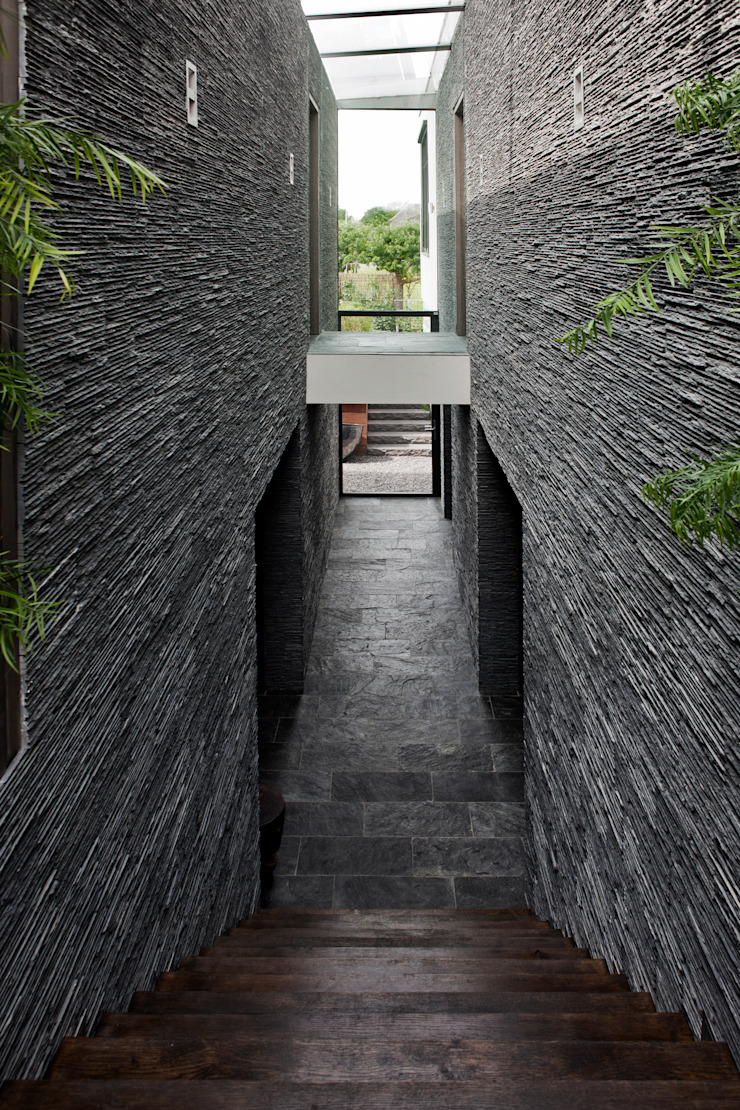 verkeersruimte in snede tussen woon- en keukenvolume Moderne gangen, hallen & trappenhuizen van Studiozwart Architecten BNA Modern