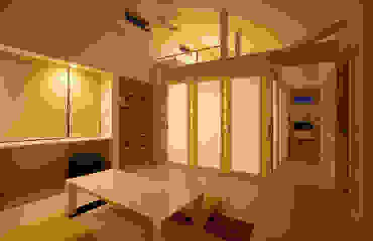 リビングルーム (ベッドコーナ ロフト付) モダンデザインの リビング の 吉田設計+アトリエアジュール モダン