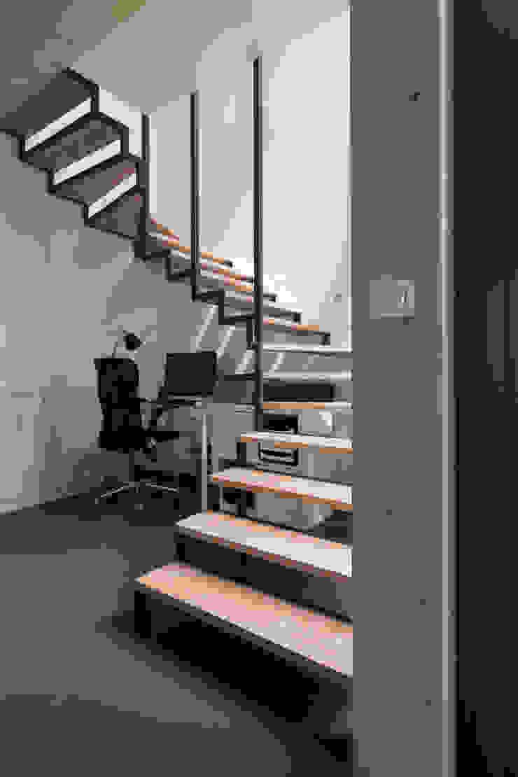 en coeur d'ilôt agence MGA architecte DPLG Couloir, entrée, escaliersEscaliers