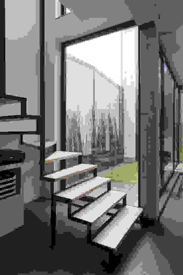 agence MGA architecte DPLG Vestíbulos, pasillos y escalerasEscaleras