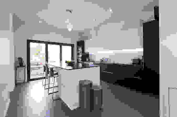 en coeur d'ilôt Cuisine minimaliste par agence MGA architecte DPLG Minimaliste