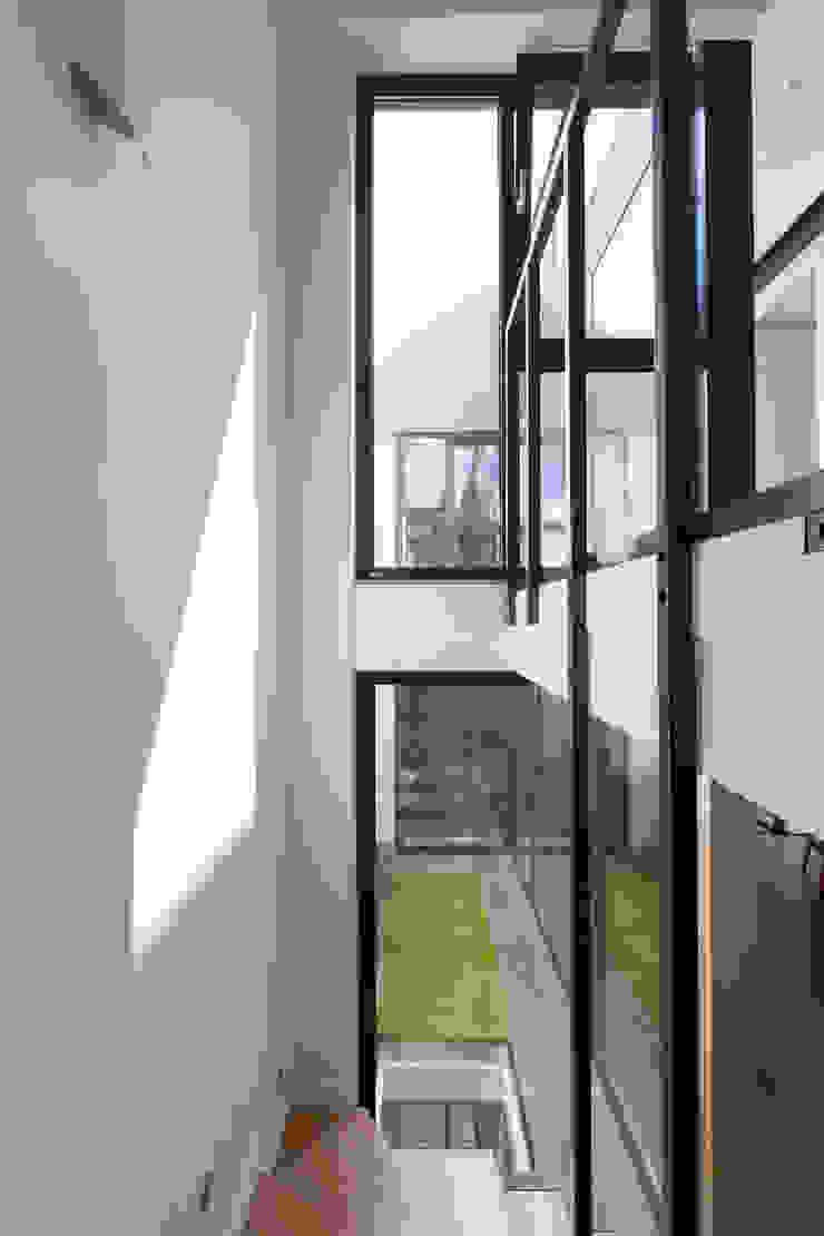 en coeur d'ilôt agence MGA architecte DPLG Couloir, entrée, escaliers industriels
