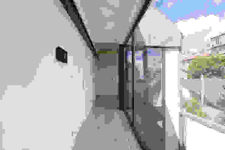 agence MGA architecte DPLG Pasillos, vestíbulos y escaleras de estilo minimalista