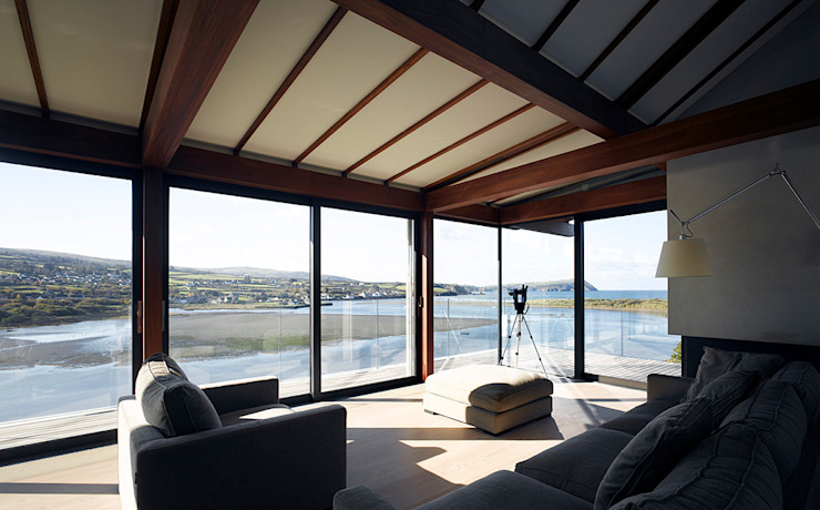 Living room looking out to sea di John Pardey Architects
