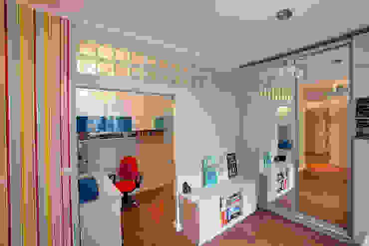 Kawalerka po remoncie Minimalistyczny pokój dziecięcy od ZAWICKA-ID Projektowanie wnętrz Minimalistyczny