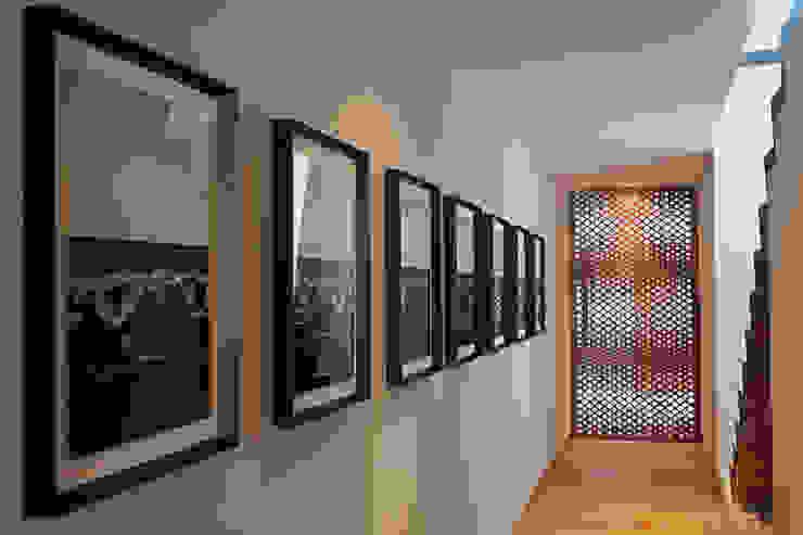 ห้องโถงทางเดินและบันไดสมัยใหม่ โดย Faci Leboreiro Arquitectura โมเดิร์น