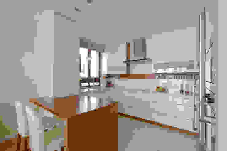 Apartament w Wilanowie Nowoczesna kuchnia od ZAWICKA-ID Projektowanie wnętrz Nowoczesny