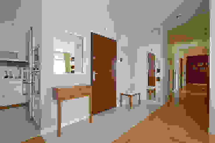 Apartament w Wilanowie Klasyczny korytarz, przedpokój i schody od ZAWICKA-ID Projektowanie wnętrz Klasyczny