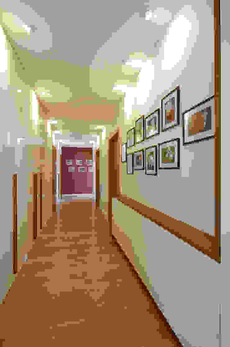Apartament w Wilanowie Nowoczesny korytarz, przedpokój i schody od ZAWICKA-ID Projektowanie wnętrz Nowoczesny
