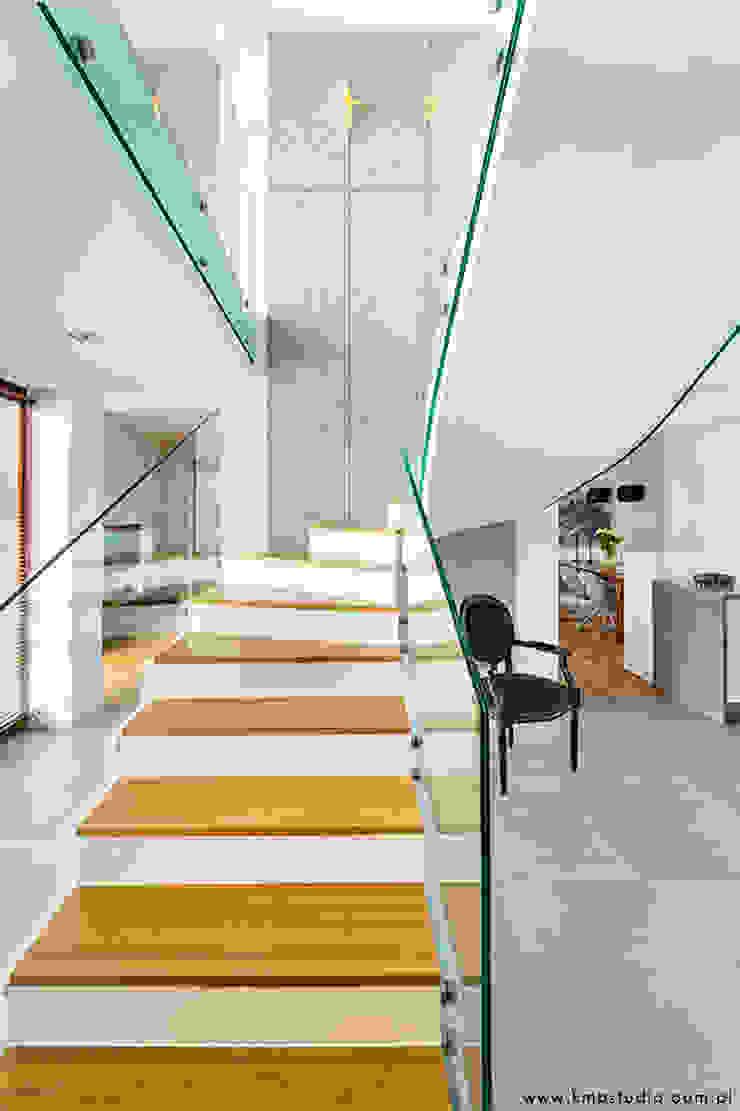 Modern Corridor, Hallway and Staircase by kmb studio Modern