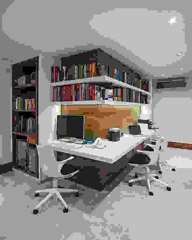 circulaçõa / escritorio Escritórios modernos por korman arquitetos Moderno