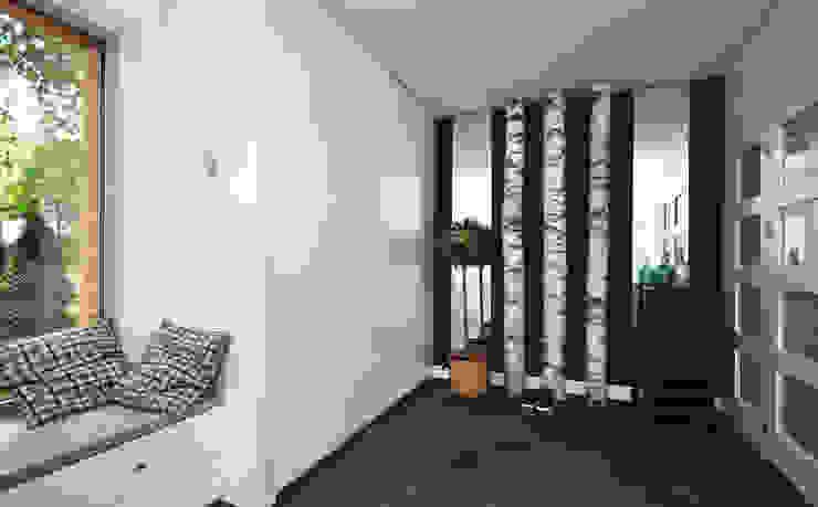Dom pod Warszawą Skandynawski korytarz, przedpokój i schody od MAKAO home Skandynawski