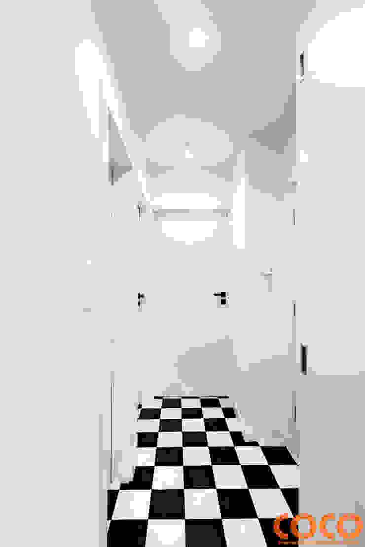Retro Warszawa Nowoczesny korytarz, przedpokój i schody od COCO Pracownia projektowania wnętrz Nowoczesny