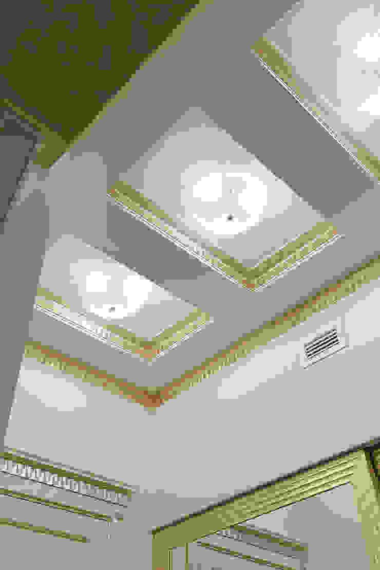 Холл. Потолок. Коридор, прихожая и лестница в эклектичном стиле от KRAUKLIT VALERII Эклектичный