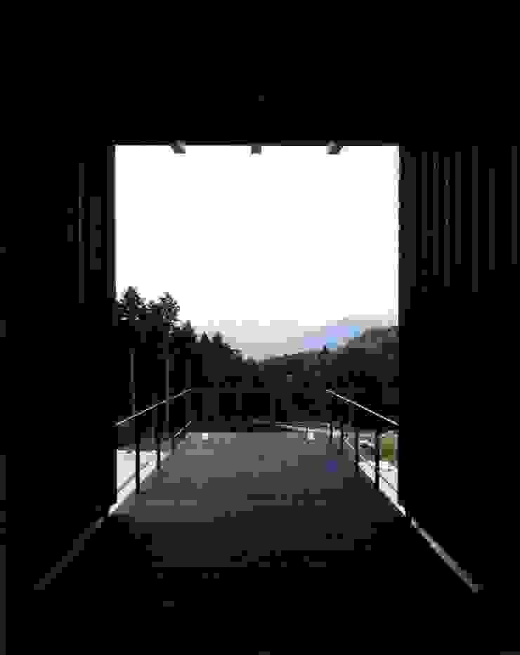 Balcones y terrazas de estilo ecléctico de 井上久実設計室 Ecléctico