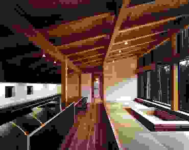 Salones de estilo ecléctico de 井上久実設計室 Ecléctico
