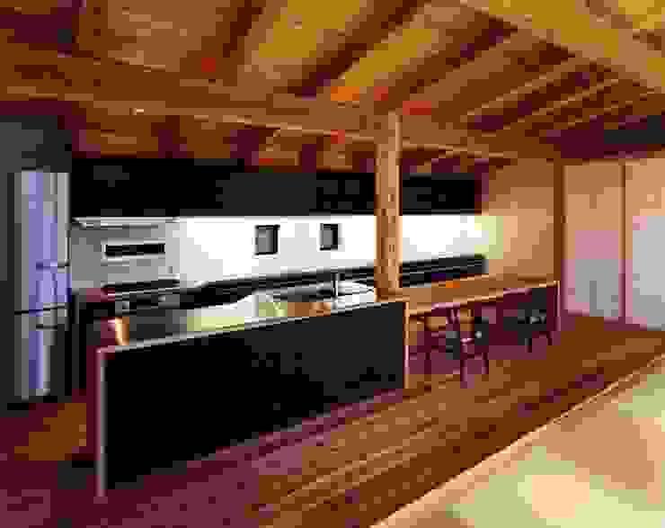 Cucina eclettica di 井上久実設計室 Eclettico
