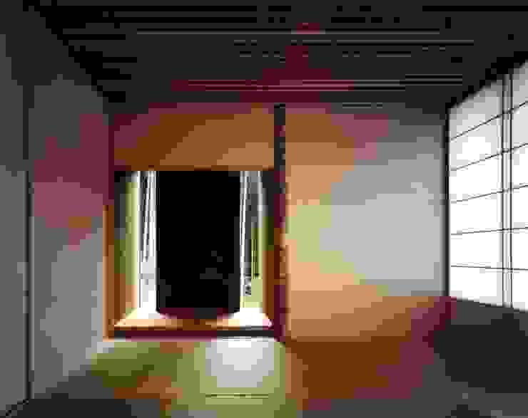 Sala multimediale eclettica di 井上久実設計室 Eclettico