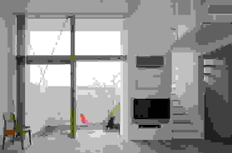 永楽荘の家 - House of Eirakusou: 林泰介建築研究所が手掛けたリビングです。,モダン