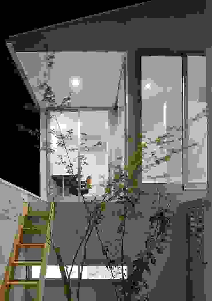 永楽荘の家 - House of Eirakusou モダンデザインの テラス の 林泰介建築研究所 モダン