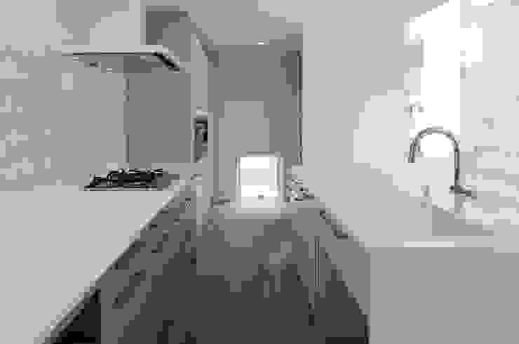 永楽荘の家 - House of Eirakusou: 林泰介建築研究所が手掛けたキッチンです。,モダン