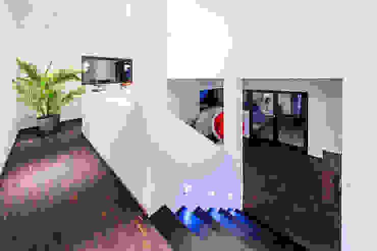 casaio | smart buildings Pasillos, vestíbulos y escaleras de estilo moderno