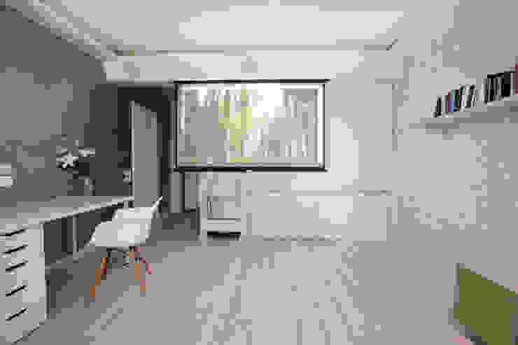 Функциональная студия из типовой однушки ИП-46с для молодой пары Гостиная в скандинавском стиле от Space for life Скандинавский