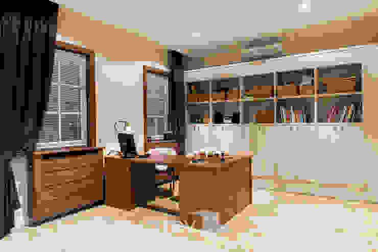 Classic Design – 230m2 Klasyczny pokój multimedialny od TiM Grey Interior Design Klasyczny