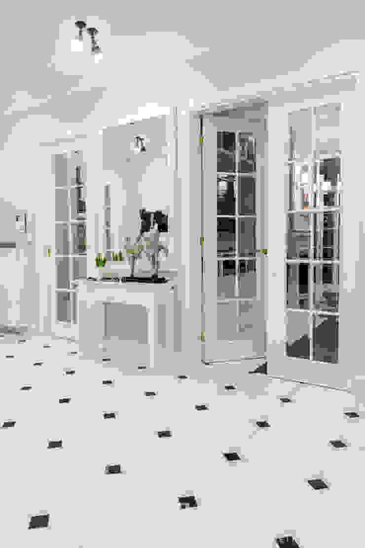 Classic Design – 230m2 Klasyczny korytarz, przedpokój i schody od TiM Grey Interior Design Klasyczny