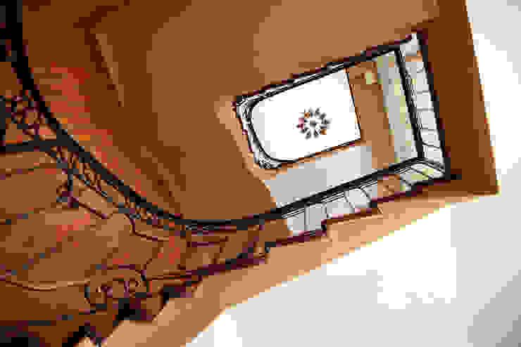 Мария Остроумова Pasillos, vestíbulos y escaleras de estilo rural