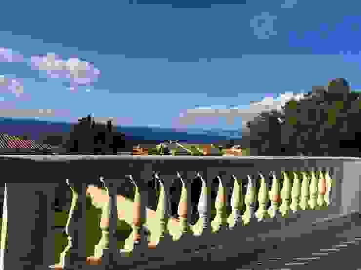 Wunderschönes Meerblick Chalet im maritimen Stil Mediterraner Balkon, Veranda & Terrasse von INSIDE tp Mediterran