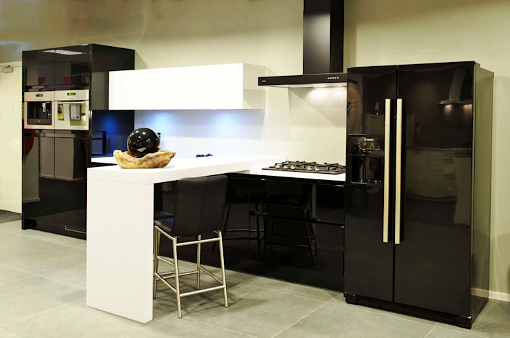 Modern kitchen by DB KeukenGroep Modern