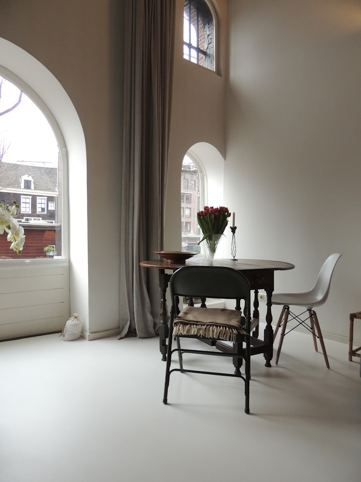 Witte gietvloer Moderne woonkamers van Design Gietvloer Modern