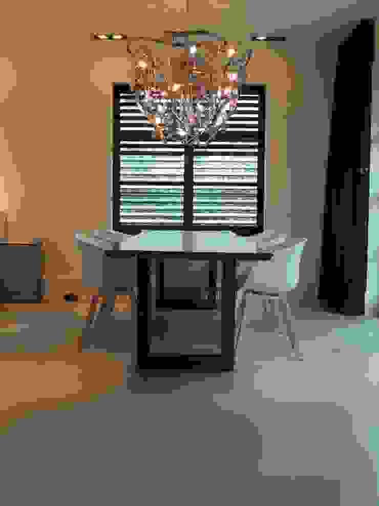 Een gietvloer in de eetruimte www.designgietvloer.nl Moderne woonkamers van Design Gietvloer Modern