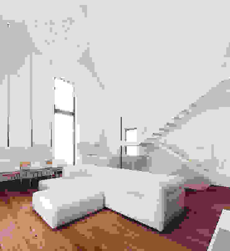 Czarny Dom Minimalistyczny salon od 081 architekci Minimalistyczny