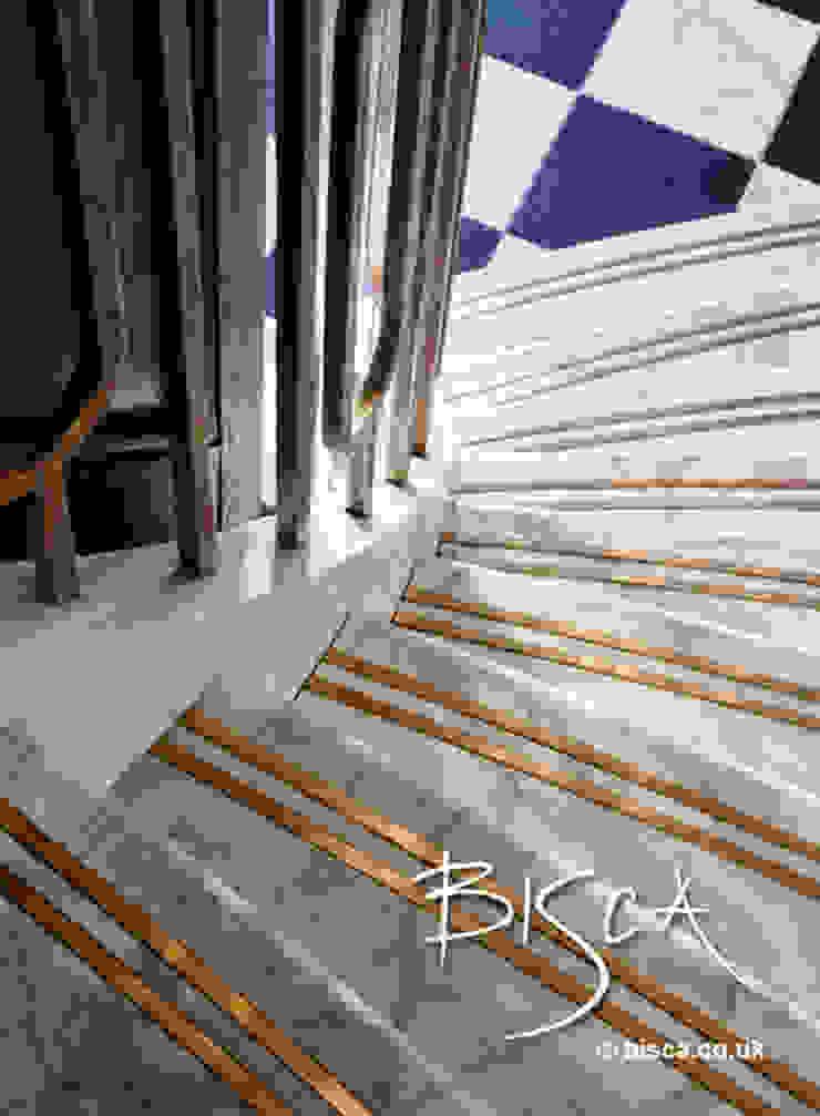 Stone Staircase with inlaid bronze non slip inserts Couloir, entrée, escaliers classiques par Bisca Staircases Classique